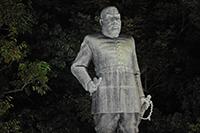 照明に浮かぶ西郷さん銅像