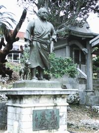 永良部西郷神社に立つ西郷さん